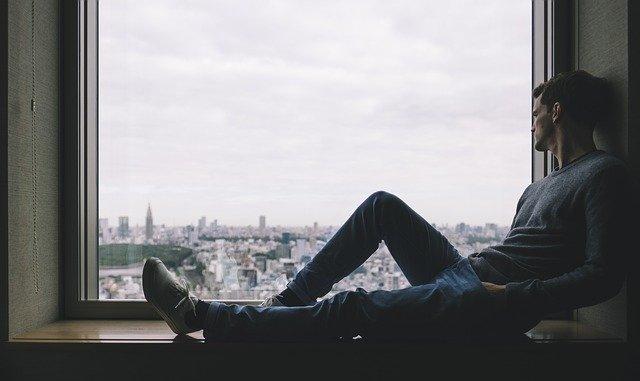 muž na okně