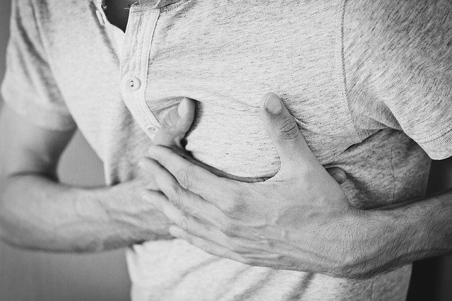 bolest na hrudi muže