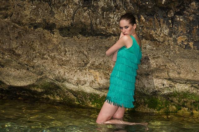 dívka v šatech ve vodě.jpg