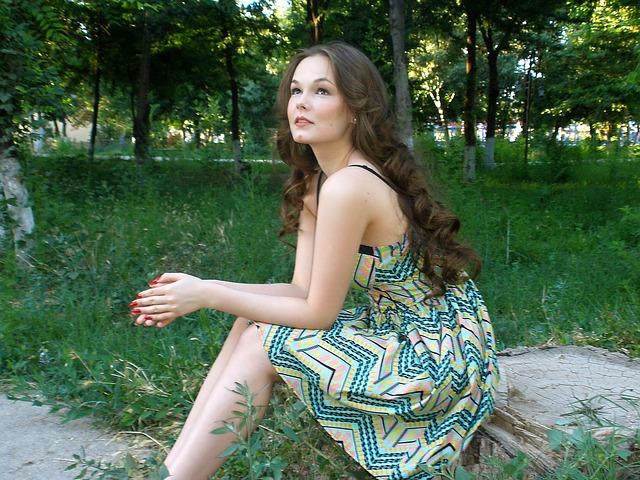 bruneta v šatech.jpg