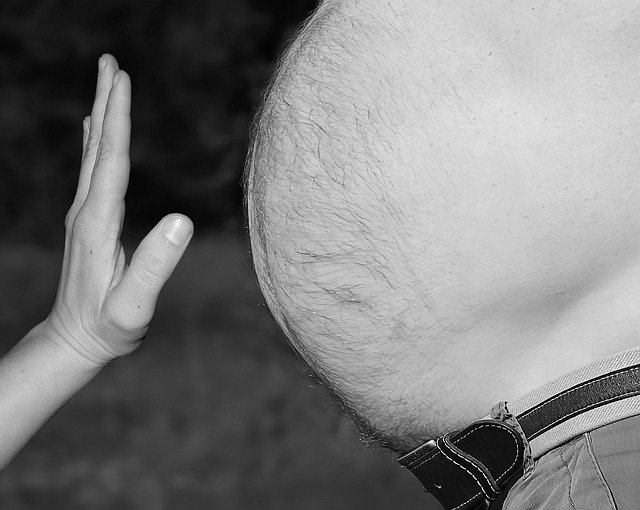 ruka před pupkem
