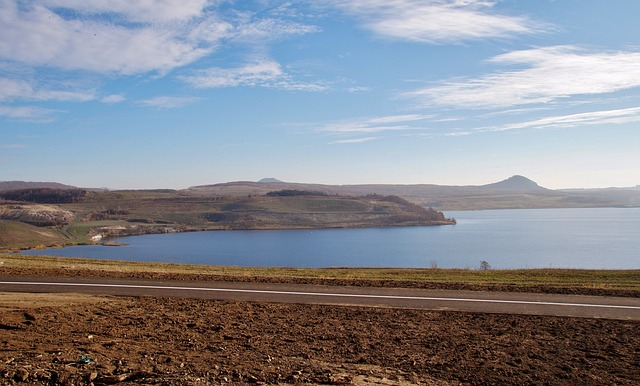 silnice u jezera