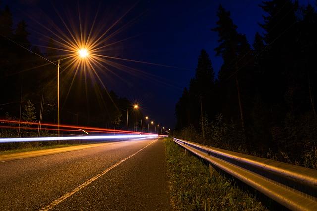 osvětlená silnice, provoz